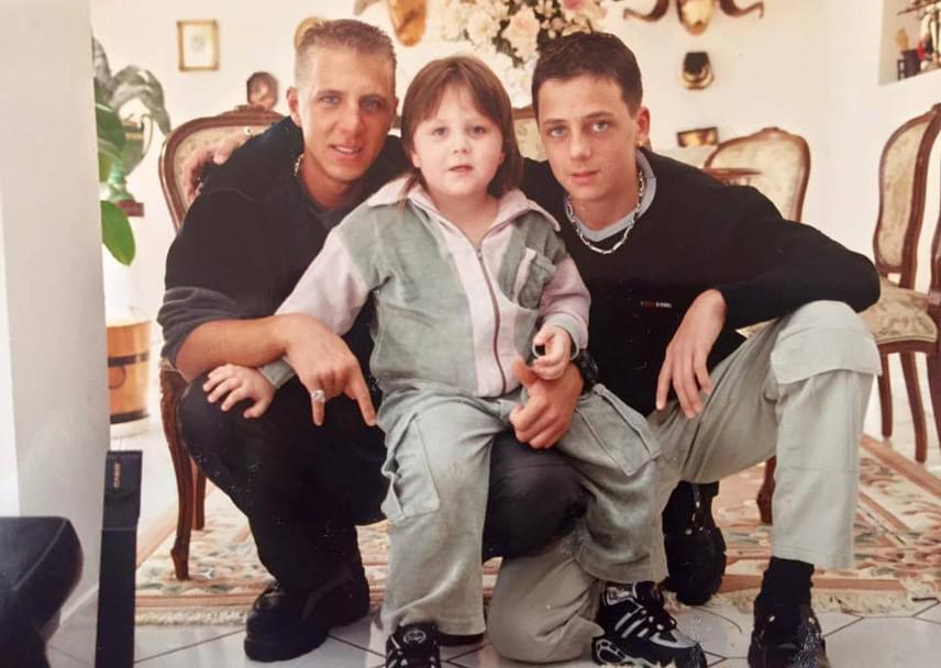Egy régi fotó: a szürke melegítős Zámbó Adrián itt még kisfiú, balról Krisztián, jobbról Sebastian öleli.
