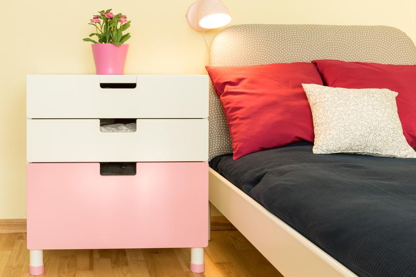 Ami az ágyadat illeti, két dologra figyelj. Egyfelől igyekezz mindenből kettőt tenni az ágyra és környékére. Például nem feltétlenül jó, ha csak egy éjjeliszekrény van az ágy mellett, mert az az egyszemélyes használatot erősíti. Ugyanezen az elven segíthet, ha két párna van az ágyon. Az ágy helyzete sem mindegy. Ha ablak alatt van, és a támla a falhoz van tolva, az hátráltatja a jó energiák működését. Az is hiba, ha a lábaddal kifelé fekszel az ágyon. Ez az úgynevezett halotti pozíció meghiúsítja, hogy a szerelemcsalogató kedvező erők működésbe lépjenek.