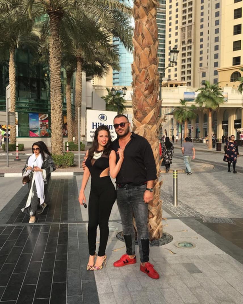 Gáspár Laci harmadik felesége igazi bombázó, ilyen testhezálló overallban nem csoda, hogy Dubaiban sokan megfordulnak utána.