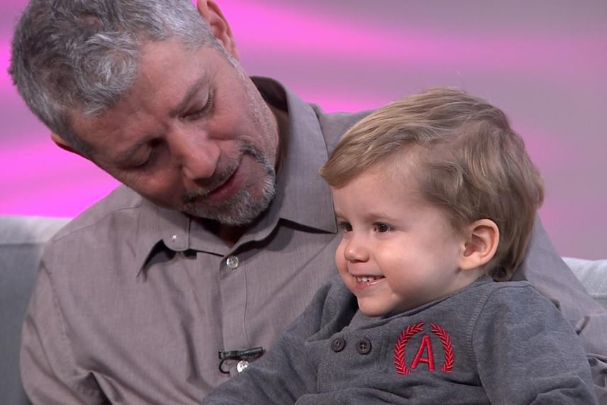 Sági Szilárd feleségével és ikerfiaival szerepelt a FEM3 Café műsorában: Szabolcs elárulta a műsorvezetőnek, hogy a születésnapján halacskákat nézett, de azt nem árulta el, hogy kétéves lett.