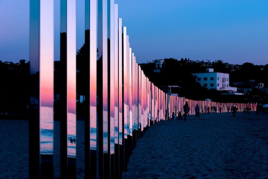 A három méter magas tükrök négyszáz méter hosszan húzódnak végig a tengerpart mellett. Az oszlopok a dagály vonalán helyezkednek el, így soha nem lepi el őket a tenger.