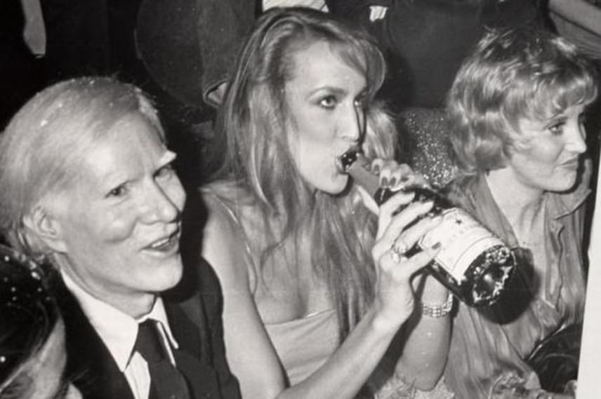 Andy Warhol mellet Jerry Hall pezsgőzik. Érdekesség, hogy Mick Jagger is be-benézett a Studio 54-be, igaz, akkor még Bianca volt a felesége.