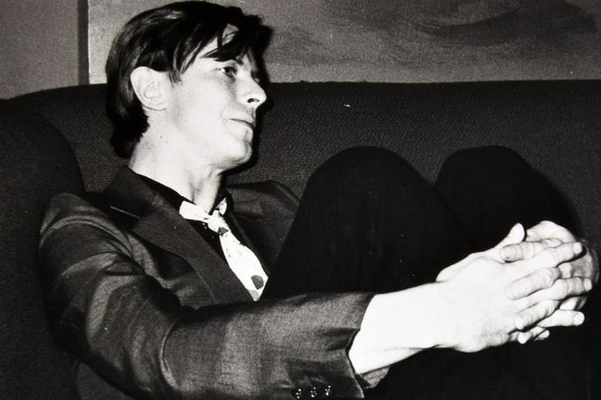 Hozzá képest David Bowie már sokkal visszafogottabbnak és csendesebbnek tűnik, ahogyan a sarokban meghúzta magát. Talán csak erőt gyűjtött a következő tánchoz.