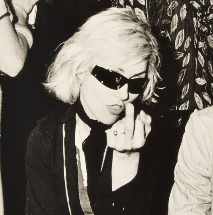 Debbie Harry nem igazán örült, amikor lefotózták. Bemutatását még a legvadabb punkzenészek is megirigyelhetnék.