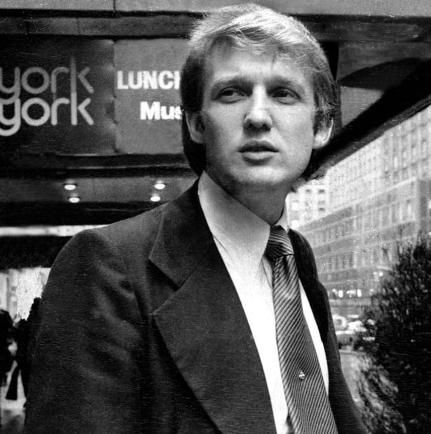 Feltehetően senki sem sejtette, amikor a fiatal Donald Trump besétált akkori feleségével, Ivanával a Studio 54 ajtaján, hogy egyszer amerikai elnök lesz majd belőle. Trumpot Nikki Haskell vitte be a klub megnyitó bulijára, amikor az egyik munkás még a falakat festette, pedig a vendégek már elkezdtek szállingózni.- Randizni és barátokkal is jártam oda. Láttam ismert szupermodelleket a szoba közepén egy kanapén férfiakkal hemperegni. Ami a Studio 54-ben folyt, az sosem fog újra megismétlődni - nyilatkozta Trump egy 2005-ös interjújában.