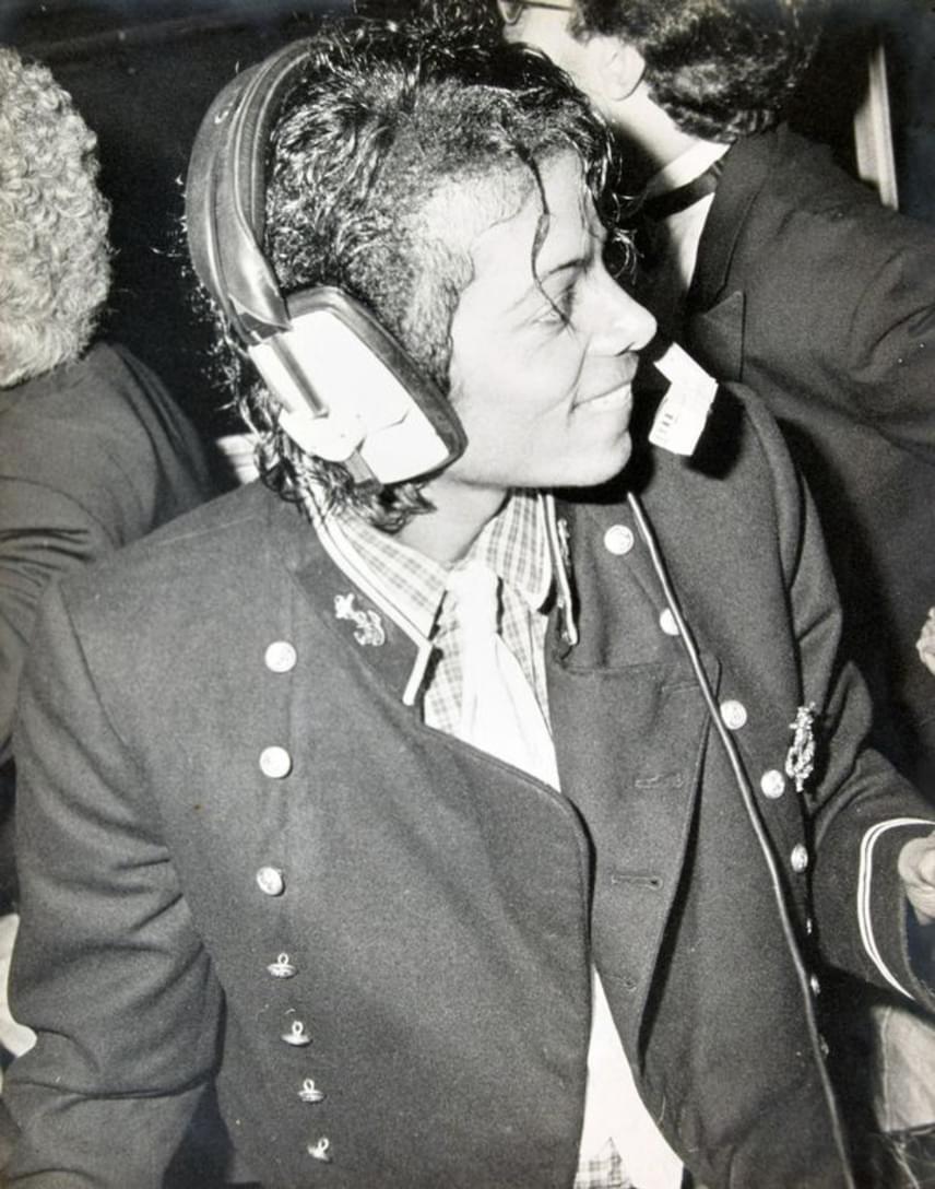 Michael Jackson fejhallgatóval a fején vegyült el a tömegben. Mosolya arról árulkodik, hogy neki sem kellett jókedvért a szomszédba mennie.