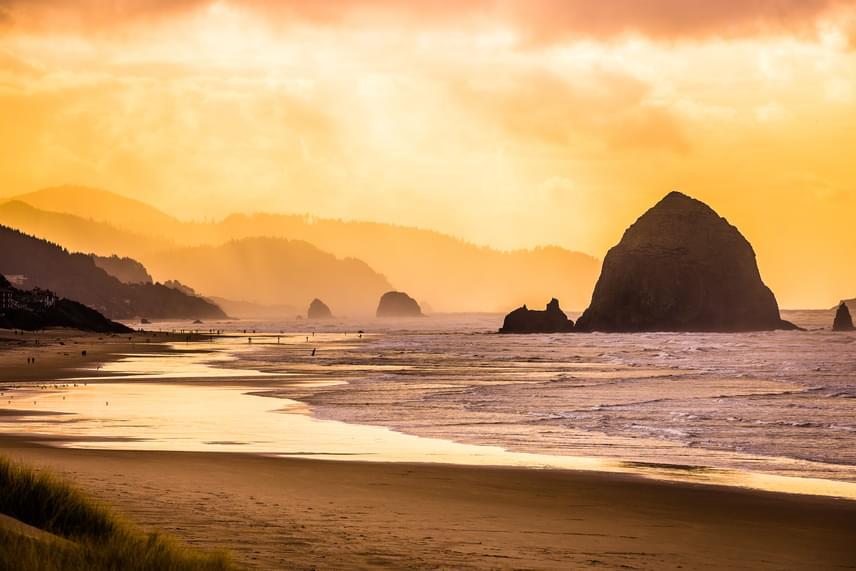Canon Beach, Oregon, USA                         Az Amerikai Egyesült Államokban, Oregon állam négyszáz nyilvános strandja közül ez az egyik legkülönlegesebb a háttérben meghúzódó, hatalmas Haystack-sziklával. A hosszú, homokos partra sokan járnak négylábú barátaikkal is.