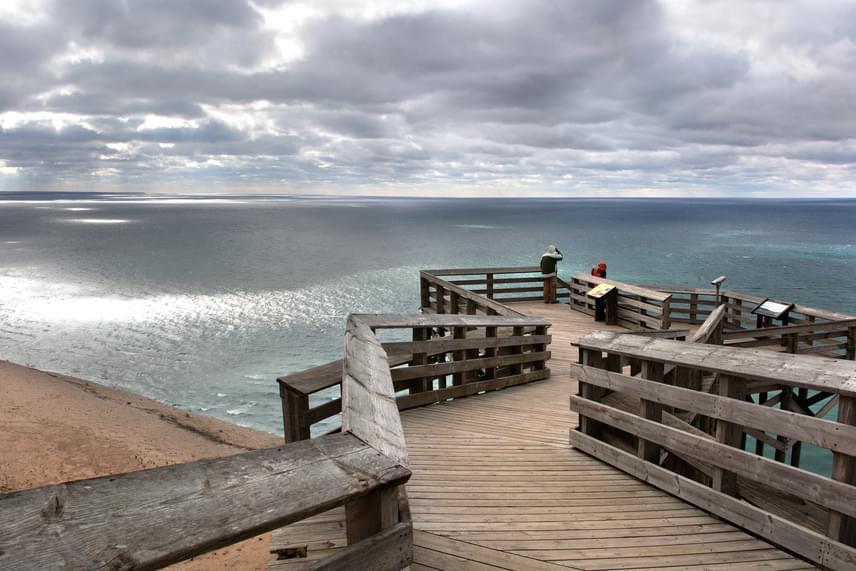 Sleeping Bear Point, Michigan, USA                         Szintén Amerikában, Michigan államban található a Sleeping Bear Point a dűnékkel. Kristálytiszta víz és gyönyörű kilátás. Érdemes a dűnék között sétálgatni, elidőzni egy kicsit, és hagyni, hogy a természet beszippantson téged is.