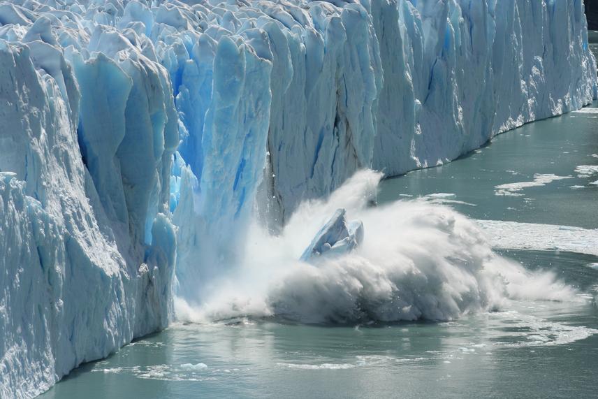 A Déli-sark olvadó jege a legkatasztrofálisabb következménye a klímaváltozásnak. A NASA rendszeresen vizsgálja, hogy az antarktiszi olvadás milyen hatással lehet a környezetre. Eszerint az 1950-es évek óta az évi átlaghőmérséklet több mint 2 fokkal nőtt a régióban.