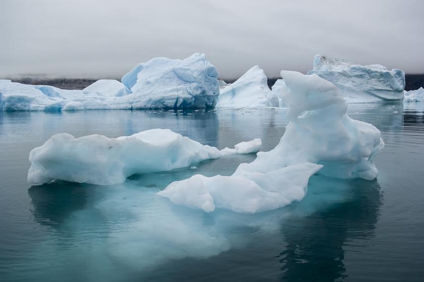 Az Északi-sarkon a jégtömegek mozgását és viselkedését folyamatosan vizsgálják az Amerikai Óceán- és Atmoszféraügyi Hivatal kutatói. Elemzésük szerint az arktiszi jég megállás nélkül ritkul és olvad. Szibériában az ökológusok megfigyelték, hogy az eddig örökké fagyott talajrétegen tavak keletkeznek, amelyek metángázt bocsátanak ki magukból, ami szintén a globális felmelegítést gyorsítja. A Jeges-tenger drámai változása állandóan napirendben van, mégis hatalmas mértékben növekszik az elolvadt jég mennyisége. A kutatók kilátásba helyezték, hogy 2030-ra nem lesz jég a Jeges-tengeren, veszélyeztetve ezzel az egész északi földteke ökoszisztémáját, és átrajzolva Norvégia, Grönland, Izland csodálatos fjordvidékét.