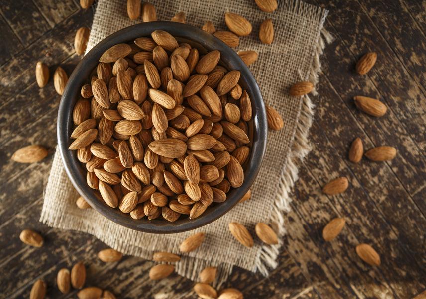 A mandula az egyik legjobb növényi fehérjeforrás, emellett kiváló minőségű rostanyagok vannak benne. 100 grammban 21 gramm protein van. Emellett a mandula telítetlen, vagyis jó zsírsavakat tartalmaz, tehát beilleszthető a diétás programba. Magas kalóriatartalma miatt azonban csak óvatosan szabad fogyasztani.