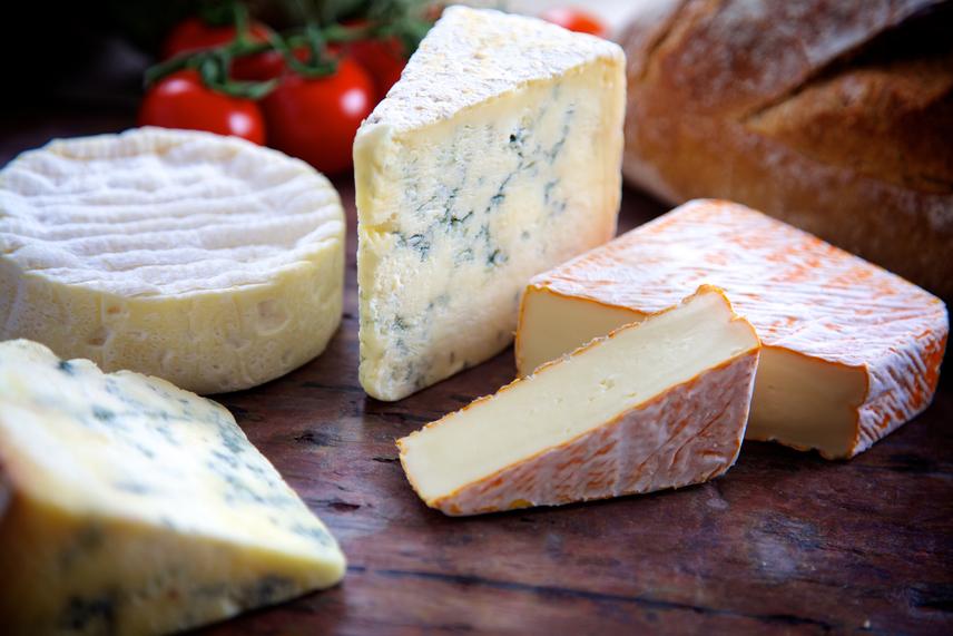 A tejtermékek közül a sajtban van a legtöbb fehérje. A magas tápértékkel és kalciumtartalommal rendelkező sajtok alkalmasak a sportolás és mozgás által rendszeresen igénybe vett szervezet támogatására. A keményebb és dúsabb sajtokban van a legtöbb protein. Ilyen a cheddar, ementáli, edami vagy gouda. Ezekben 24-28 gramm fehérje található 100 grammonként, ám kalóriában viszonylag gazdagok, így nem árt odafigyelni a bevitel mennyiségére.