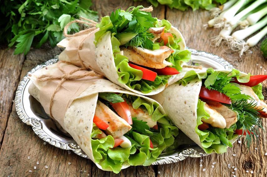 Teljes kiőrlésű gabonák és fehérjék                         A teljes kiőrlésű gabonafélék párosítása a jó minőségű fehérjével az evés után elégedettség érzettel tölt el, ami kitart a következő étkezésig. A gabonában rostok vannak, amelyek garantálják a gyomortartalom eltelítődését. A fehérje lassú és egyenletes emésztést biztosít, ez pedig nem engedi hirtelen lezuhanni a vércukorszintet. Az ugyanis azonnali éhséget produkálna. Ezért sikeres duó a csirkemell és a tortilla, a párolt hal és barna rizs, a zsírszegény sajt és a teljes kiőrlésű kenyér.
