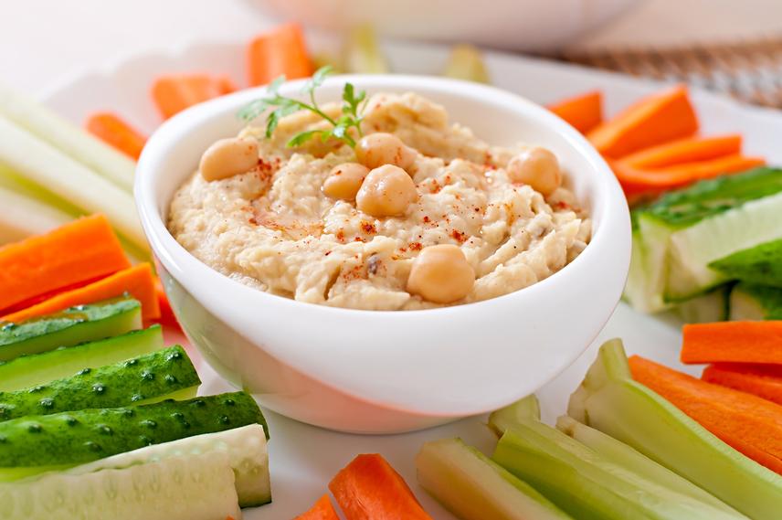 Zöldségek és fehérjék                         Hasonlóan a gyümölcsökhöz, a zöldségeknek is igen magas a rosttartalmuk, és vízzel is tele vannak. Ez jótékonyan hat a gyomorra, amely úgy érzi, hogy tele van. A zöldfélékkel kombinált minőségi proteinforrások alkalmasak arra, hogy akár főételként is megállják a helyüket egy fogyókúrában. Ezért válaszd a vékony rudacskákra vágott zöldséget humusz mártogatóssal vagy a friss zöld salátát főtt tojással.