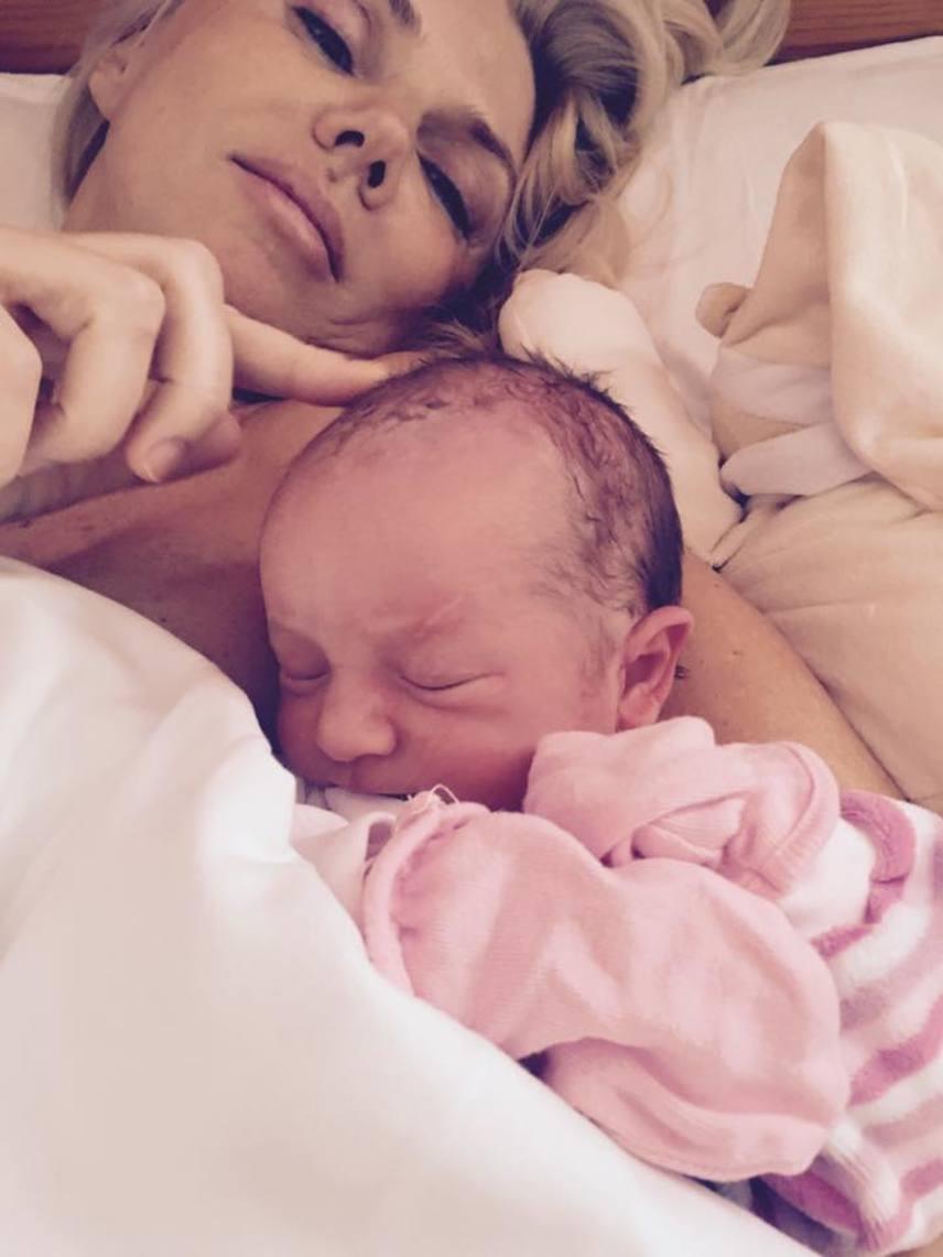 Fejős Éva hétfőn kora délután ezzel a fotóval tudatta, hogy megszületett a kislánya.
