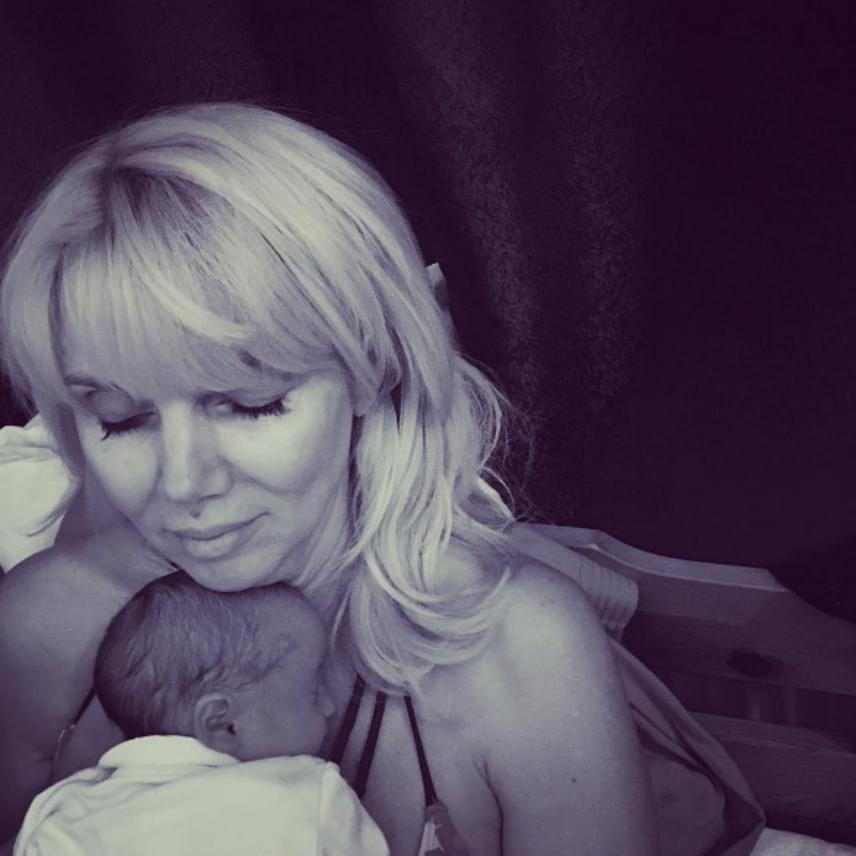 Egy meghitt, összebújós anya-lánya fotó ma reggelről, ami sokak szemébe könnyeket csalt.