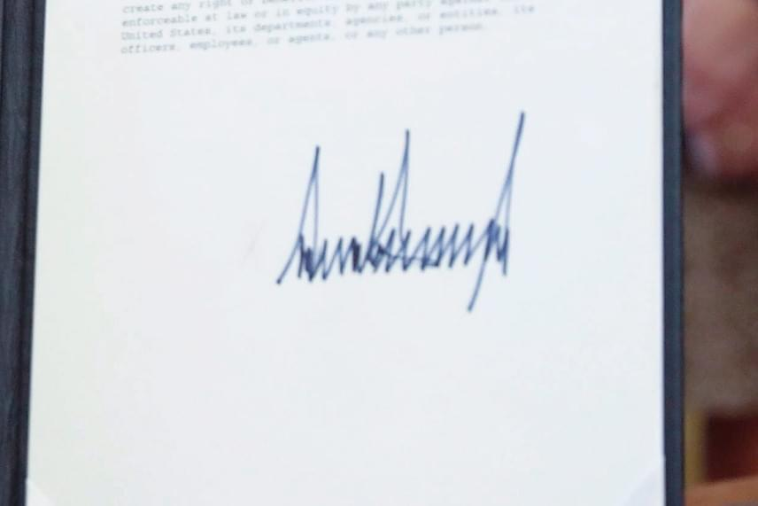 Donald Trump aláírását a hozzászólók az EKG-jelhez és a hazugságvizsgáló mintájához hasonlították. Voltak, akik szerint nem is betűket, hanem hegyeket formál, de Tracey Trussell ennél érdekesebb dolgokat is megállapított a kézjegy elemzése során.