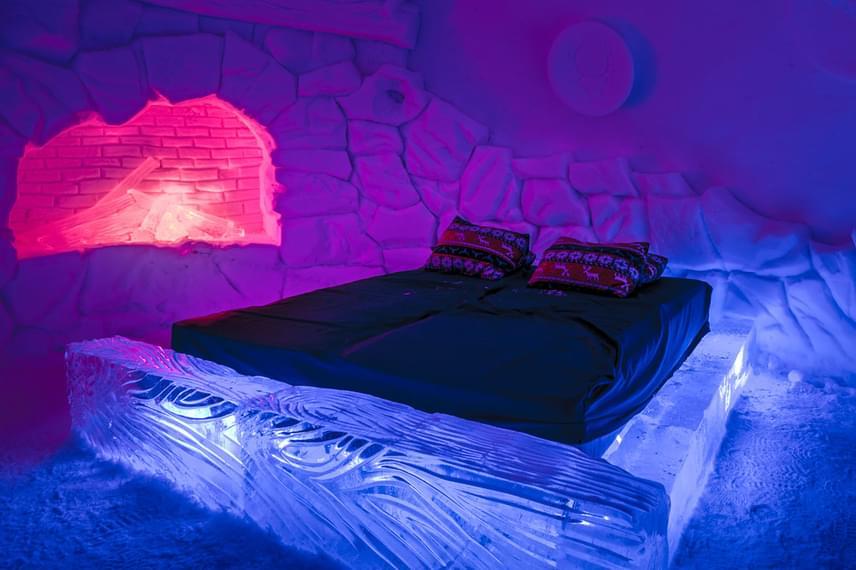 A Norvégiában található Kirkenes Hóhotel vendégei fűtött kabinok és jeges, tematikus jégfaragásokkal berendezett igluk közül válogathatnak. A szálloda a lélegzetelállítóan megvilágított, folyamatosan -4 fokra hűtött jégberendezés mellett királyrákhorgászattal és északifény-túrákkal szórakoztatja az idelátogatókat, akik 90-100 ezer forintot fizetnek egy éjszakáért.