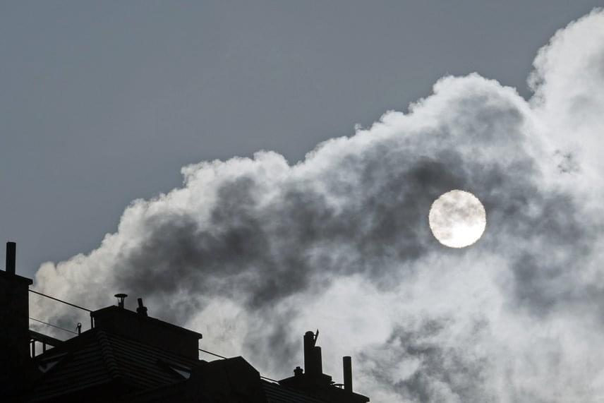 A riasztási fokozat szerint a levegőn tartózkodni akár egy rövid ideig is káros lehet az egészségre.