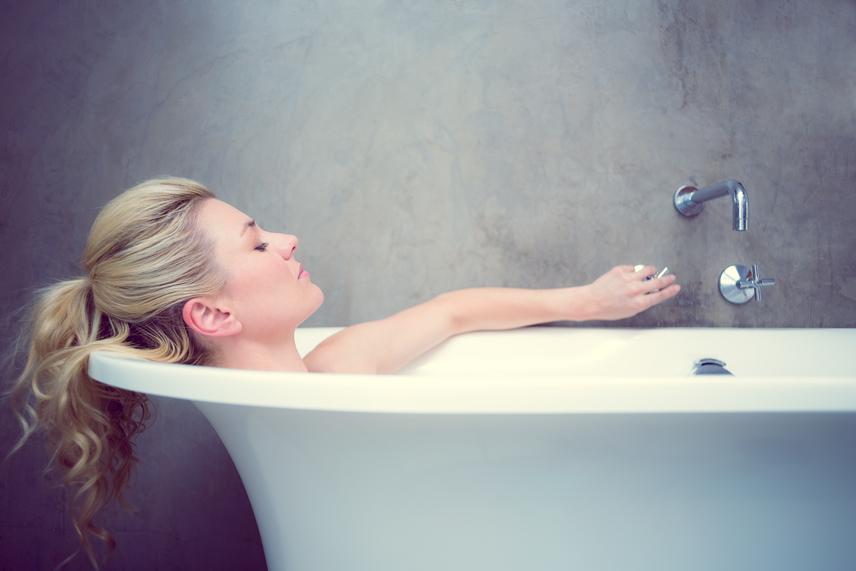 Fürdés - Nemzetközi ajánlások szerint elegendő heti kétszer-háromszor fürdeni, illetve zuhanyozni, amennyiben az intim részeket naponta tisztítják. A túl sok mosakodás rossz hatással van a bőr egészségére, valamint azt bevonó természetes zsírrétegre, illetve a hasznos baktériumokra. A fürdések számát természetesen egyéb tényezők is befolyásolhatják, de ha nem piszkos valaki, akkor a napi zuhanyzásnál nem kell mindig tusfürdőt használni.