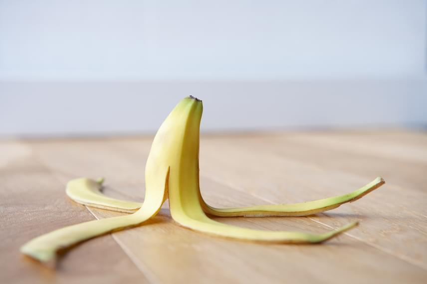Semmiképpen ne dobd ki a banán héját. Hogy miért? A banán héjában kálium, magnézium és mangán is megtalálható, melyek segítenek eltávolítani a foltokat a fogakról. Ehhez arra kell figyelned, hogy olyan banánt keress, ami már érett, de még nincs bebarnulva. Vágj ki egy darabot a héjából és hetente egyszer dörzsöld a héjának a belső részét a fogadhoz két percen keresztül. Utána pedig moss fogat, ahogy máskor is.