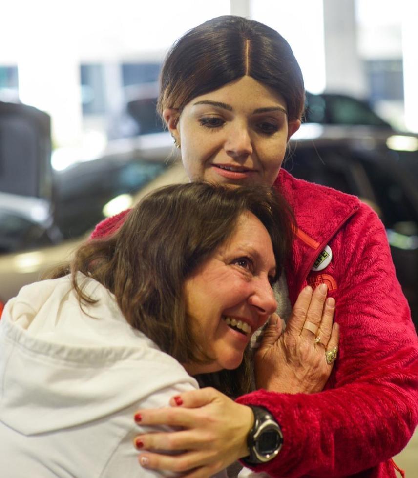 Könnyektől párás tekintettel hallgatta meg a fiatal nő, Jennifer Lentini szívdobogását, aki két évtizede megkapta fia szívét.