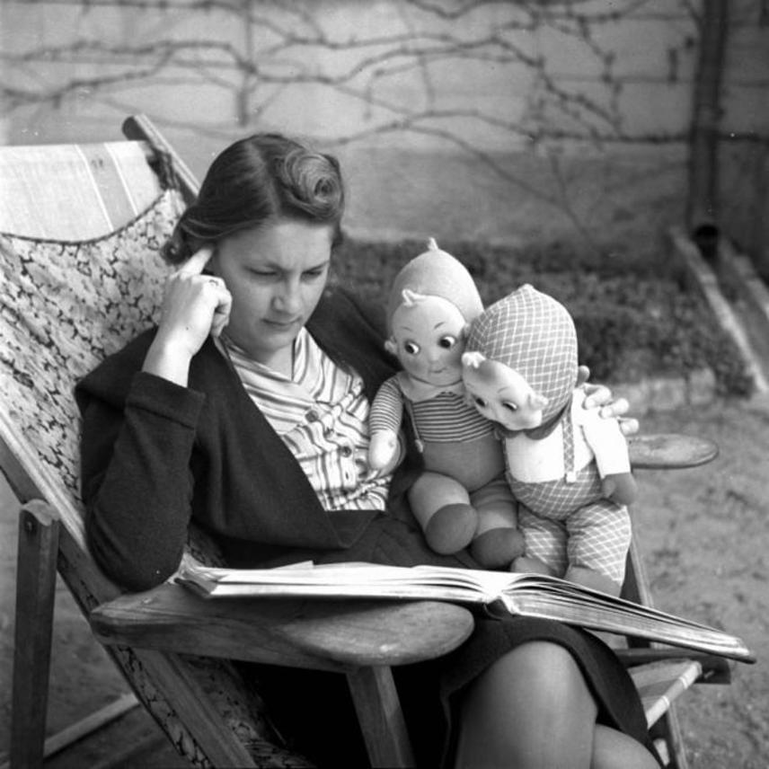 Ez az 1938-as fotográfia azt mutatja, hogy a lencsibaba már akkor is olyan megbecsült játék volt, hogy felnőttként is megőrizték a lányok. Ott csücsült a kanapén vagy a szófán, a karfára vetett horgolt terítők vagy a népi mintás hímzett díszpárnák mellett.