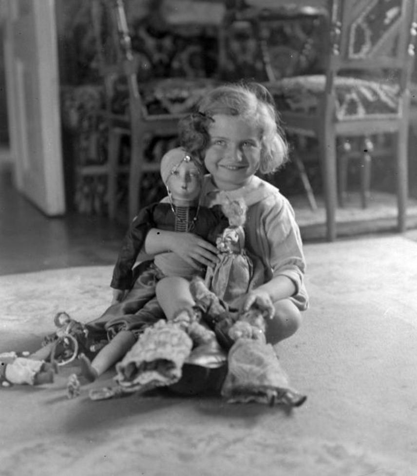 1925-ben még nagy becsben tartottak a kislányok minden babát. Az óvodai és az otthoni fotózás is a babák társaságában zajlott, akiknek gyönyörű selyem- és tüllruhájuk volt.
