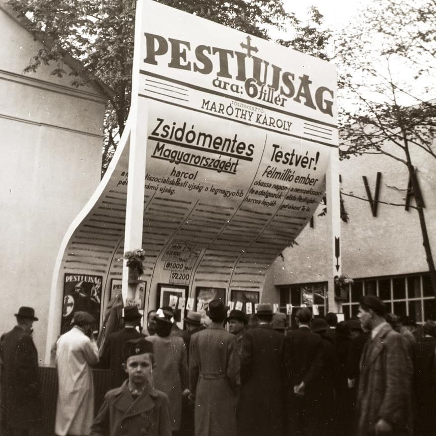 A kor szörnyű eszméjét hirdeti a Pesti Újság reklámja a Városligetben, a Budapesti Nemzetközi Vásáron 1941-ben.