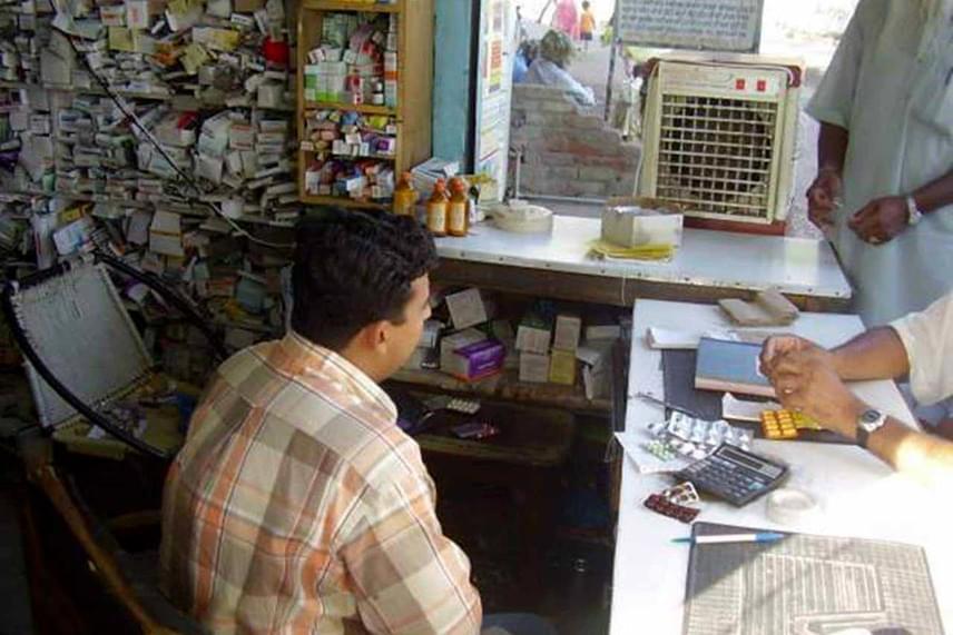 Ez az indiai patika egy félig nyitott bódéban üzemel. A polcokra minden rendszer nélkül zsúfolták be a különböző gyógyszereket, melyeknek így a csomagolása is nagy valószínűséggel megsérült.