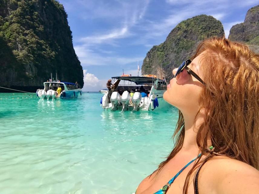 A fiatal énekesnő a jelek szerint minden pillanatot kihasznált, hogy élvezze a napsütést és a kristálytiszta tengervizet.