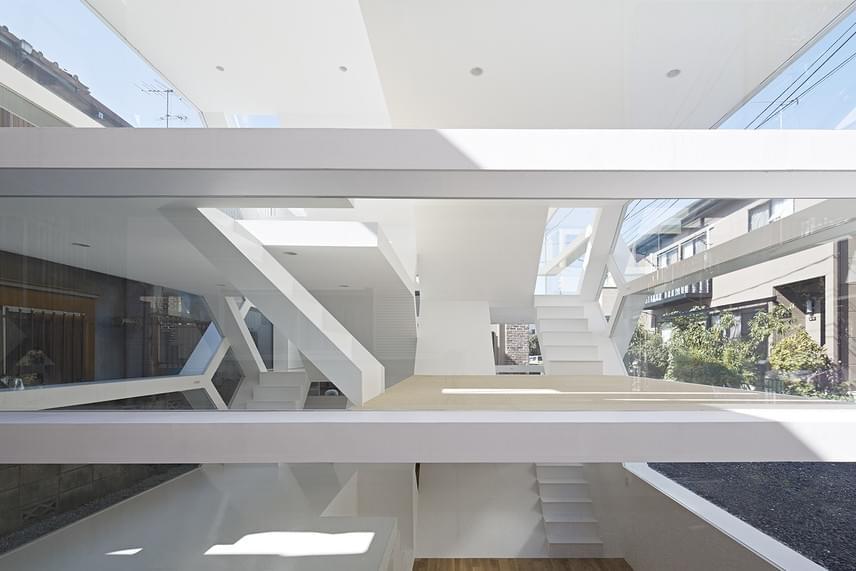 A süllyesztett padló és a szinteltolódások miatt a lakható tér megduplázódott az eredeti rendelkezésre álló négyzetméterhez képest. A ház tetején fehér kerámiás, csempés teraszok vannak, amelyek Le Corbusier építészeti stílusára emlékeztetnek.