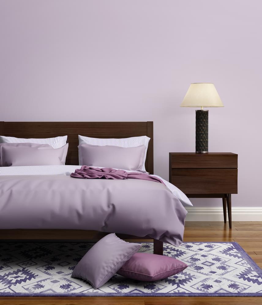 Biztosan nem gondoltad volna, de a szexuális életedet a hálószobád színe is nagyban befolyásolja. Vannak ugyanis színek, melyek vágyölő, és vannak színek, melyek vágyfokozó hatással bírnak. A feng shui szerint úgy kell kialakítani a lakásodat, hogy a különböző szobák az ott végzett tevékenységeket támogassák. Tehát a hálószobába érdemes vágykeltő színeket keresned. Ilyen szín például a lila. Egy brit felmérésben kétezer embert kérdeztek meg a vágykeltő színek kapcsán. Azoknak, akiknek volt valami lila a hálószobájukban, 3,89-szer szeretkeztek egy héten, míg akiknél például a szürke szín volt a domináns, csak 1,8-szor.