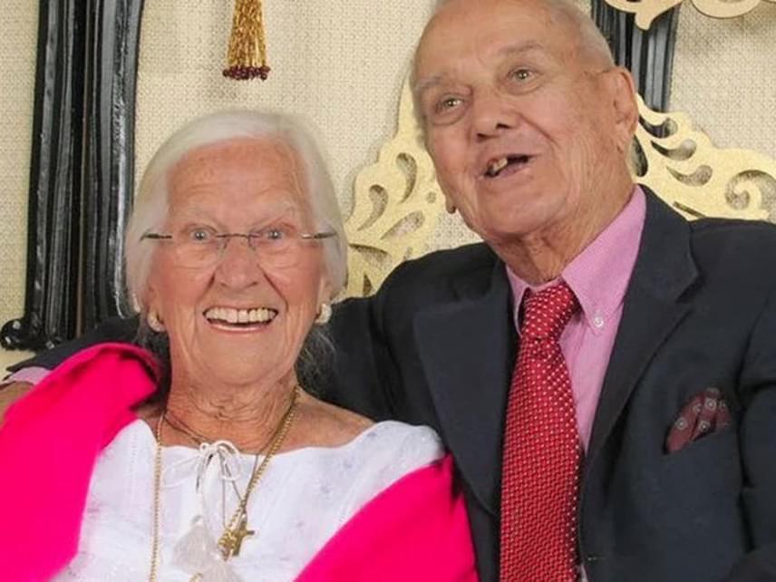 Jeanette és Alexander Toczko történetében egy 75 évig tartó házasságot és egy örök szerelmet ismerhetett meg a nagyvilág. A pár már gyermekkorban egymásba habarodott, majd huszonévesen kötötték meg a frigyet. Utolsó pillanatig együtt voltak, kéz a kézben haltak meg mindössze néhány óra különbséggel. Lányuk azt is elmondta, a néni utolsó szavai így hangzottak: várj rám, mindjárt jövök!