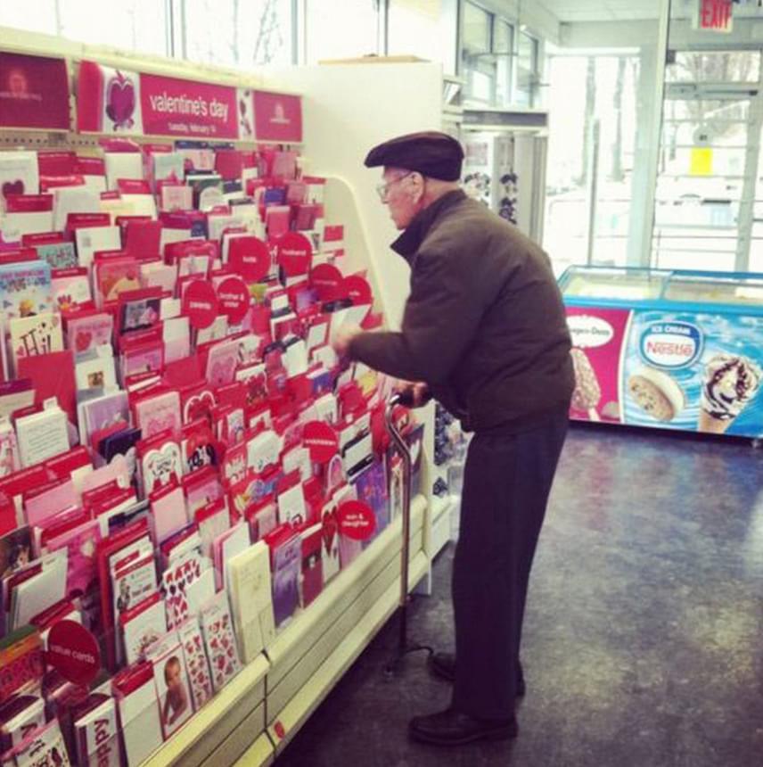 Szintén a Redditre került fel a poszt a bácsiról, aki lázasan böngészi a Valentin-napi képeslapok sokadalmát, hogy párjának egy szeretetteljes köszöntővel kedveskedhessen. Ő is igazán jó példa arra, hogy a szerelemben egy kicsit sem számít a kor.