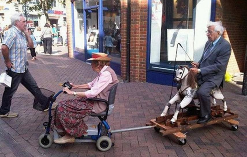 Sokan úgy tartják, hogy a sírig tartó igaz szerelem titka a közös pillanatok mellett a közös nevetésben, humorban lakozik. A Redditre posztolt kép tanúsága szerint az idős párnak nem okoz akadályt az sem, ha a mozgásuk már nem a régi: mindenhova együtt mennek.