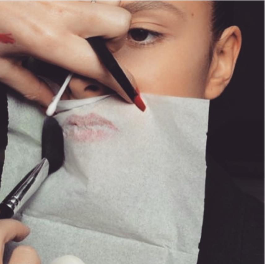 Miután felkented a rúzst a szádra, tegyél rá egy szalvétát vagy zsebkendőt, és hagyd így pár másodpercig. Mielőtt levennéd, púderrel menj át rajta a zsebkendőn keresztül, így sokkal tartósabb lesz az eredmény, és szebb lesz a kívánt hatás.