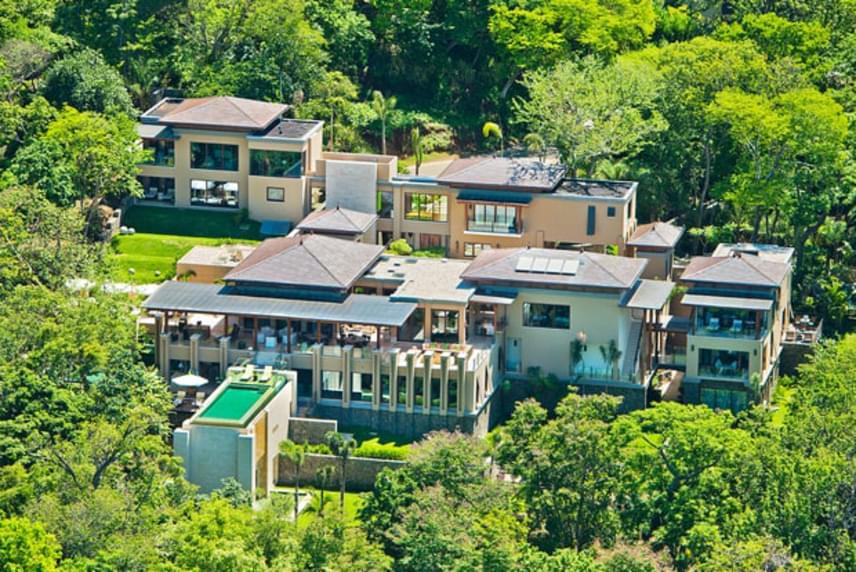 A Villa Manzuban nyolc hálószoba található, és mindegyikhez jár egy külön fürdőszoba ónix- és márványkádakkal, illetve zuhanyzókkal.