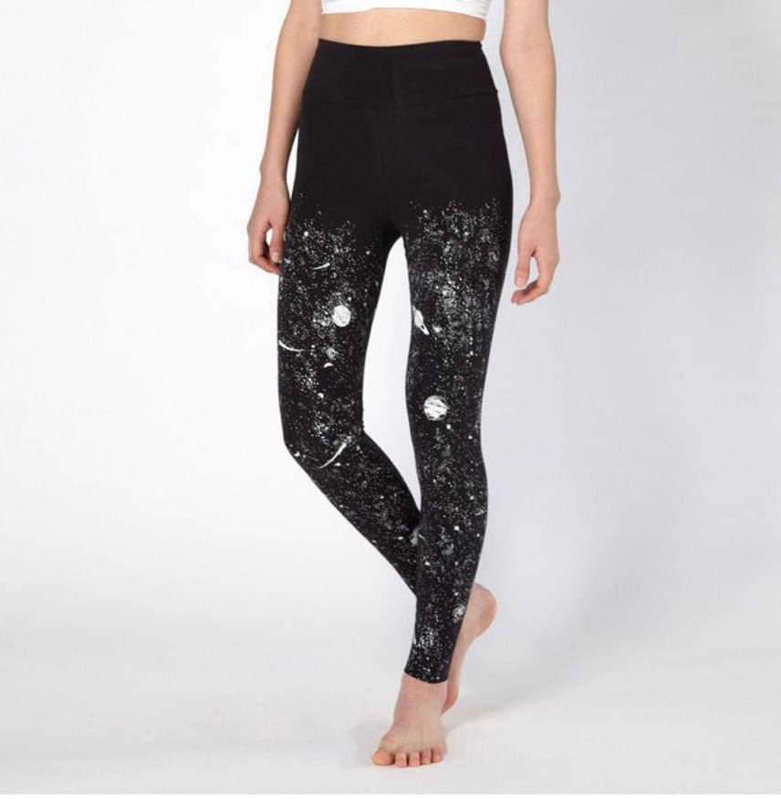 Vannak, akik nem szeretnék elrejteni mások elől világító ruhadarabjaikat: számukra lehet ideális a galaxisos leggings.
