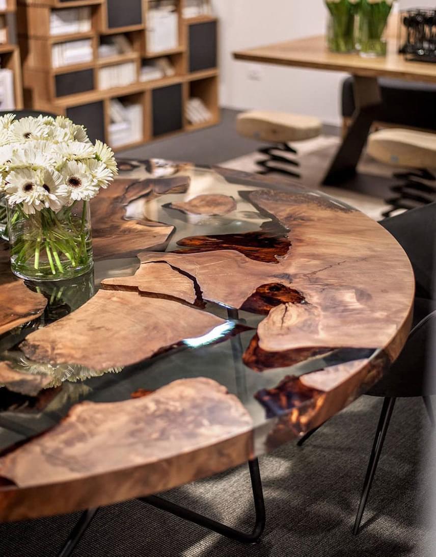 Az asztal fa, vas és gyanta felhasználásával készült, és a Földet szimbolizálja.