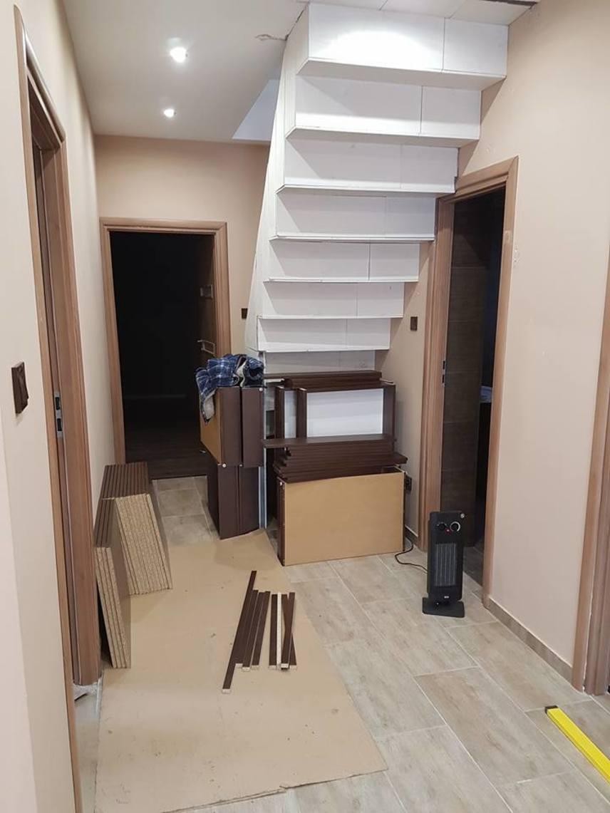 Az emeletes házban a szakemberek az utolsó simításokat végzik, már csak a bútorok hiányoznak.