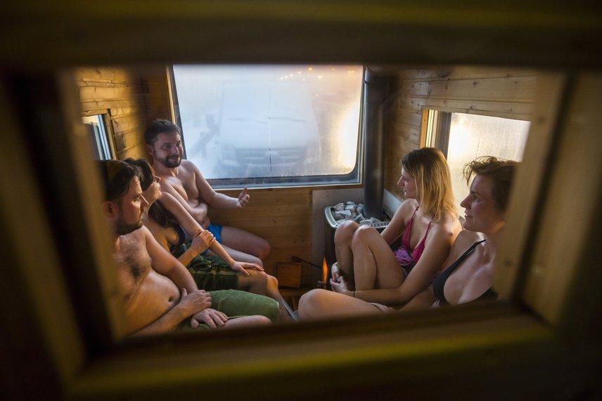 A mobilszauna szuper program baráti társaságok részére, de akár egy romantikus időtöltés is lehet párok számára. Egy alkalom másfél órás.
