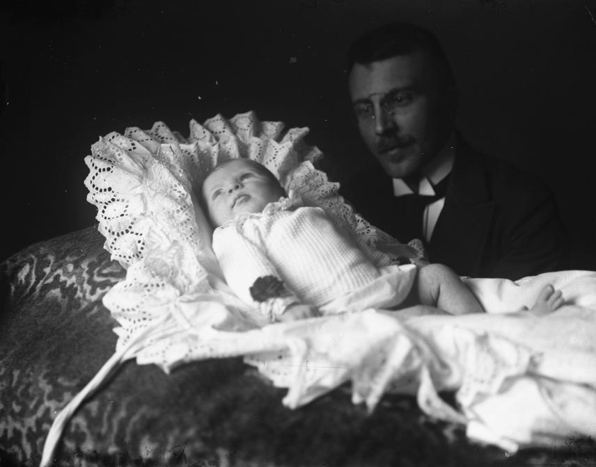Ha egy csecsemő épségben a világra jött, a család még nem nyugodhatott meg teljesen. A 20. század elején ugyanis óriási problémát jelentett a csecsemőhalálozás: a megszületett gyermekek közül minden negyedik-ötödik meghalt még egyéves kora előtt. Ha a gyermek megbetegedett, vagy rosszul aludt, a háznál éjjel is mécset égettek.