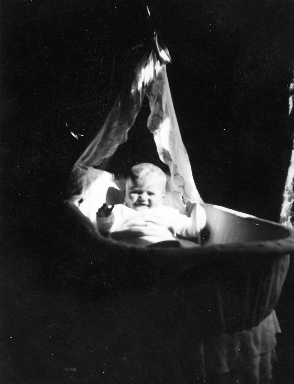 Az újszülöttek az első évben a módosabb családoknál bölcsőben, a szegény parasztoknál a szülői ágy melletti padon, egy teknőben aludtak. Később több testvérükkel együtt a kemence melletti kuckóban vagy egy toliként is ismert kerekes ládában aludtak, amit nappalra az ágy alá toltak.