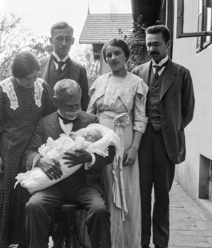 Épp a gyermekhalandóság indokolta, hogy az újszülötteket minél hamarabb, sok esetben már életük első hetében megkeresztelték, nehogy kereszteletlenül haljanak meg. A gyermeket ilyenkor pólyába tették, csipkés terítővel letakarták, amit szalaggal díszítettek. Utána az egyházi fogadalmat tevő keresztszülőket és a rokonokat vendégül látták.