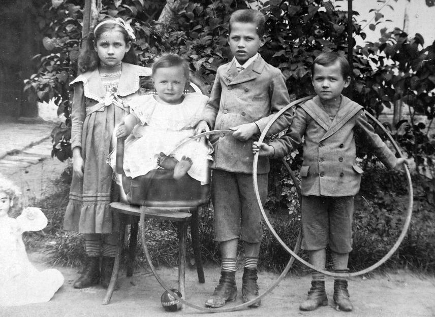 A század első felének legkedveltebb játékai közé tartozott az abroncshajtás, aminek a lényege az volt, hogy az utca végéig nem volt szabad eldőlnie a bottal hajtott karikának. Emellett szerettek szappanbuborékot fújni, kacsázni és búgócsigázni is, a lányok pedig csutka- vagy rongybabát készítettek maguknak.