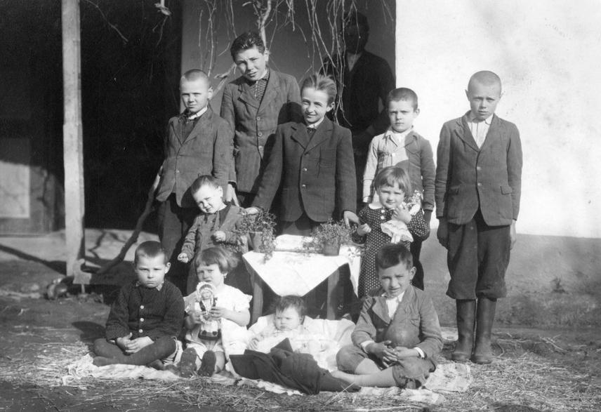 Az 1900-as évek első évtizedeiben a családok többnyire nagy létszámúak voltak, és jellemzően több generáció lakott egy fedél alatt, így akár 20-25 fő is élhetett egyetlen kicsi házban - ehhez nagy fegyelemre volt szükség. A szegényebb parasztoknál jellemzően a családfő és felesége, valamint a kisebb gyermekek aludhattak a hálószoba ágyain szalmazsákon. A nagyobbak évszaktól függően a pitvarban, istállóban vagy kamrákban háltak.