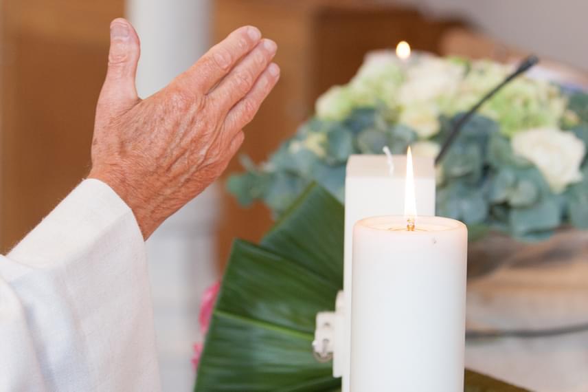 A Balázs-áldás Szent Balázs püspök nevéhez köthető, aki a róla szóló egyik legenda szerint megmentett egy kisfiút, akinek halszálka akadt a torkán. Az áldást jellemzően a diftéria, vagyis a torokgyík megelőzésére adták, de bármilyen más torokbántalmat megelőzhet a hívők szerint. A hagyomány február 3-hoz, vagyis Balázs napjához kötődik, jellemzően azonban az adott hét vasárnapi szentmiséin adják a templomokban az áldást. Még több érdekességet olvashatsz róla, ha ide kattintasz.