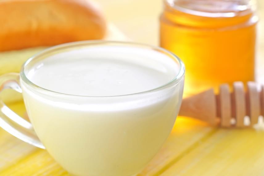Hagyományos módszernek számít a meleg, mézes tej is: egy kanál mézet kell egy deci felforralt tejjel összekeverni, majd nem forrón, de még melegen, lassan elkortyolgatni.