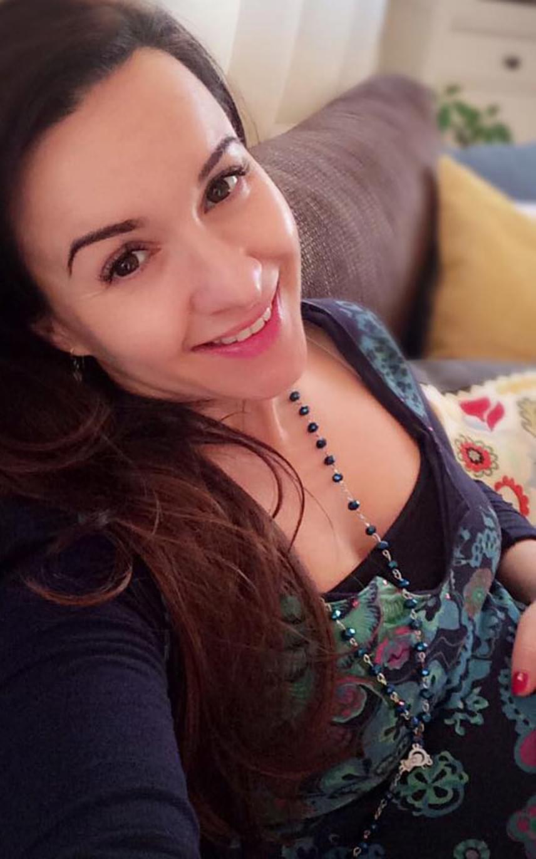 """Dancs Annamari színésznő tavaly júniusban házasodott össze Kerényi Miklós Mátéval, akivel októberben örömmel tudatták, hogy tavaszra várják első gyermeküket. Január végén azt írta: """"a 31. hétben járunk a kis pocaklakóval, nagyon jó kisbaba és már akkora, hogy nem férünk be mindketten egy szelfibe""""."""